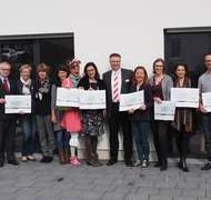 10×500 EUR Mega-Schecks an Kinderhilfsprojekte zum Tag der offenen Tür überreicht